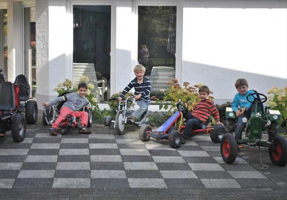 Abenteuerurlaub mit Kettcars für Kinder auf Monikas Ferienhof