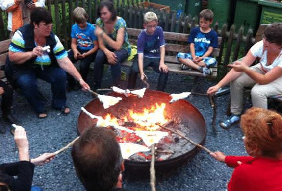 Lagerfeuer mit Kindern auf Monikas Ferienhof